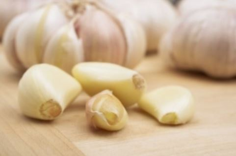 Is it hard for you to sleep? Put a clove of garlic under the pillow